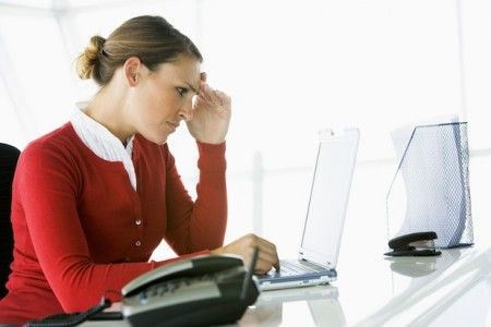 Bild: E-Mail-Flut und Termindruck im Job - der moderne Alltag ist gespickt mit belastenden Situationen.