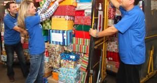 Weihnachtspäckchensammlung bei den Ford-Werken. Quelle: obs/Ford-Werke GmbH