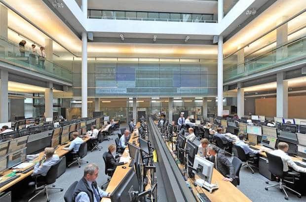 Die Börse – hier im Bild der Handelssaal der Börse Stuttgart – muss kein Buch mit sieben Siegeln sein. Finanzwissen lässt sich relativ bequem erwerben (Foto: djd/Börse Stuttgart GmbH).