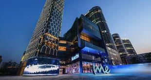 Gute Aussichten: Das Gebäude des weltweit sechsten und größten Mercedes me Stores in Peking ist nicht nur eines der höchsten in der Umgebung, es erzählt eine Symbiose aus sinnlicher Ästhetik, schlichter Eleganz und moderner Formensprache. Quelle: Daimler AG