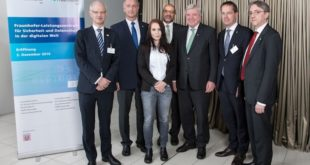 V. l. n. r: Prof. Dr. Hans Jürgen Prömel (TU Darmstadt), Prof. Dr. Dieter W. Fellner (Leiter Fraunhofer IGD), Dr. Dan Shaham (israelischer Generalkonsul), Dr. Haya Shulman (Fraunhofer SIT), Volker Bouffier (Ministerpräsident Hessen), Prof. Georg Rosenfeld (Fraunhofer-Vorstand) und Prof. Dr. Michael Waidner (Leiter Fraunhofer SIT).  Bild: Catharina Frank / Fraunhofer SIT