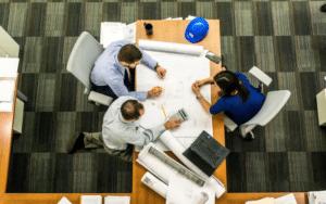 Viele Prozesse im Unternehmen lassen sich durch Modernisierung und Digitalisierung straffen und so deutlich effizienter gestalten.