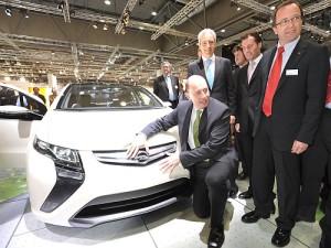 """Einen Einblick in die Zukunft der Mobilität nahm Bundesverkehrsminister Wolfgang Tiefensee auf dem Opel-Stand auf der AMI Leipzig. Er ließ sich den elektrischen Opel Ampera erläutern. Die Verwendung dieses Bildes ist für redaktionelle Zwecke honorarfrei. Foto: """"obs/Adam Opel GmbH"""""""